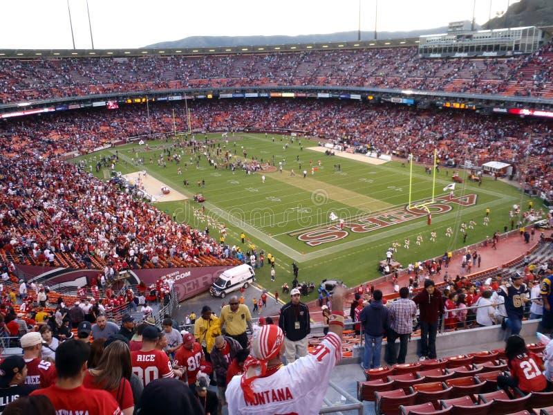 I ventilatori incoraggiano mentre 49ers celebrano la vittoria sul campo immagine stock libera da diritti