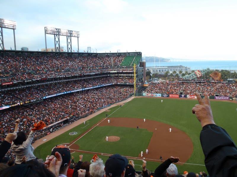 I ventilatori incoraggiano per lo strikeout di conclusione di inning immagini stock