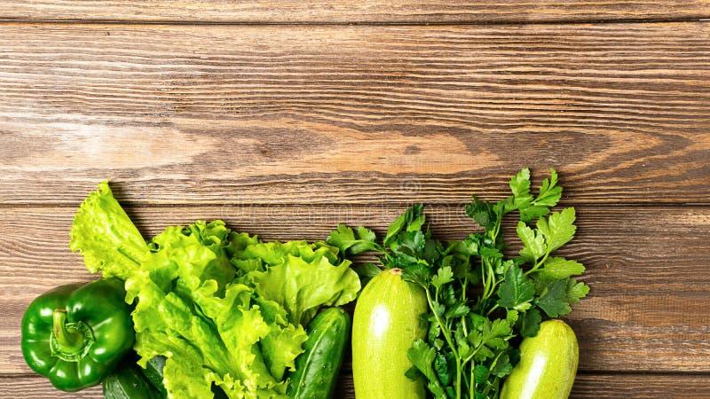 I verdi verdi freschi del cetriolo dello zucchini delle verdure pepano il fondo di legno Vegetarianismo sano dell'alimento Strutt fotografia stock