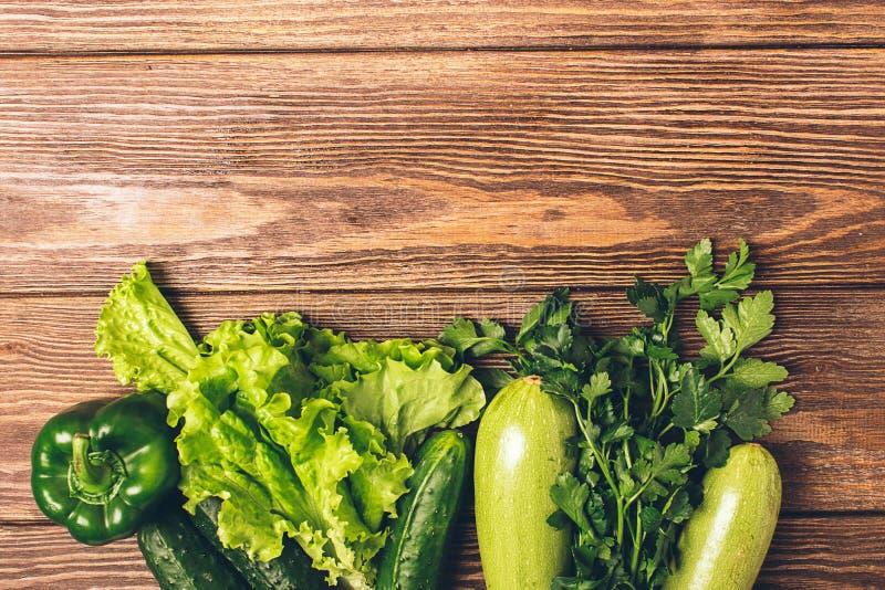 I verdi verdi freschi del cetriolo dello zucchini delle verdure pepano il fondo di legno Vegetarianismo sano dell'alimento Strutt immagine stock libera da diritti