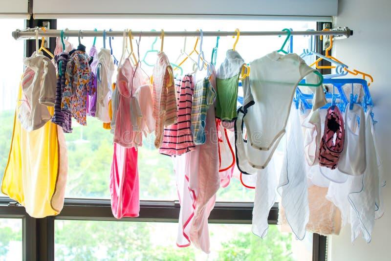 I vestiti del bambino appende sopra immagine stock libera da diritti