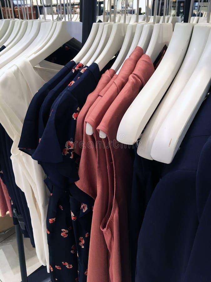 I vestiti delle donne sui ganci fotografie stock