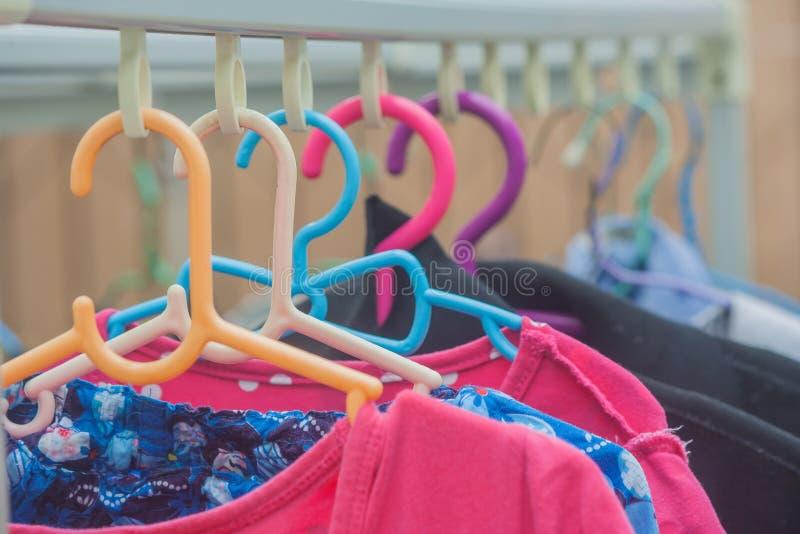 I vestiti hanno bagnato l'attaccatura sul filo stendiabiti fotografia stock