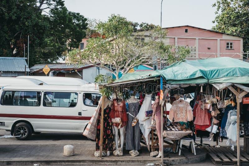 I vestiti sulla vendita ad un mercato di strada si bloccano a Bridgetown, Barbados immagini stock