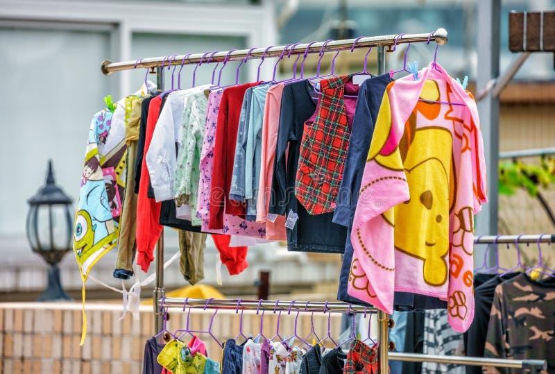 I vestiti variopinti dei bambini hanno sospeso per asciugarsi all'aperto in Hong Kong immagini stock