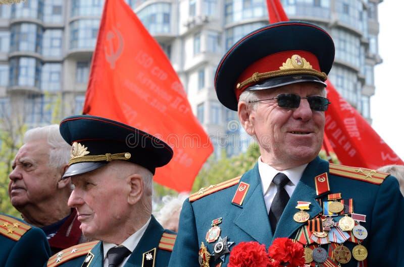 I veterani anziani vengono a celebrare Victory Day in commemorazione dei soldati sovietici che sono morto durante la grande guerr immagine stock libera da diritti