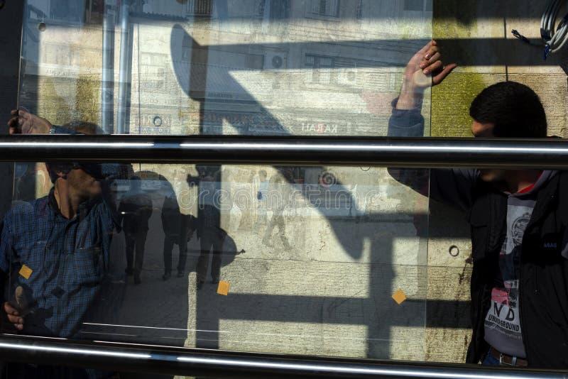 I vetrai del lavoro cambiano il vetro nella finestra immagini stock libere da diritti