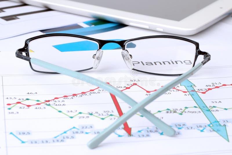 I vetri che si trovano su un'analisi del grafico commerciale riferiscono fotografia stock libera da diritti