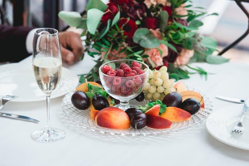 I vetri con champagne bevono in mani dello sposo e della sposa Bere felice delle persone appena sposate Le coppie amorose hanno c fotografia stock libera da diritti