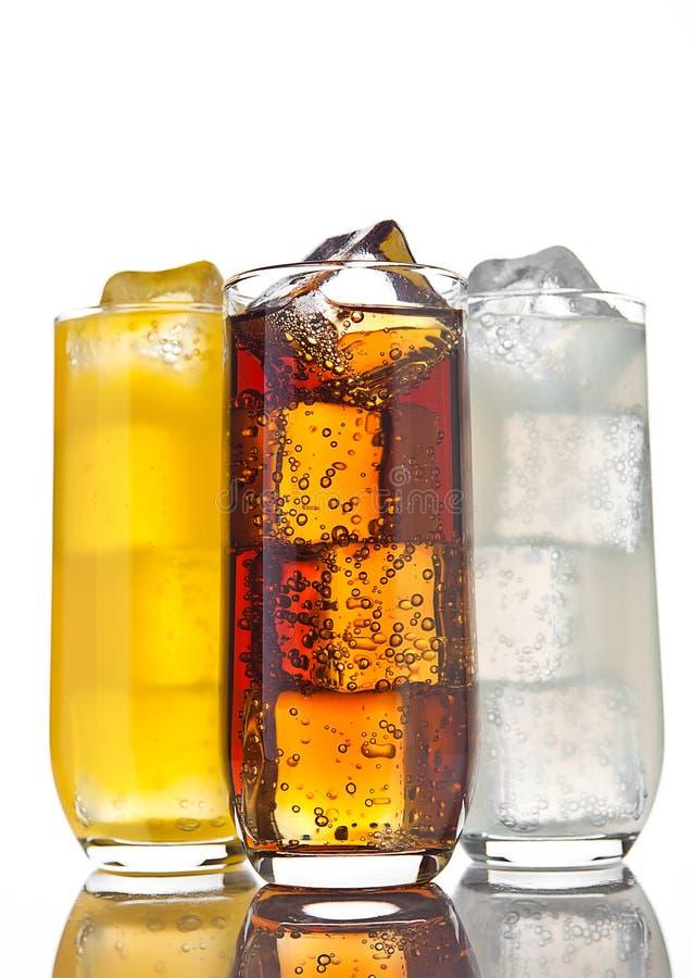 I vetri con la soda arancio e la limonata della cola ghiacciano fotografie stock