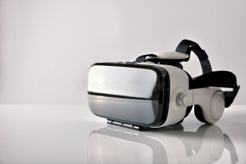 I vetri di realtà virtuale su metraquilate bianco presentano la vista laterale immagine stock libera da diritti