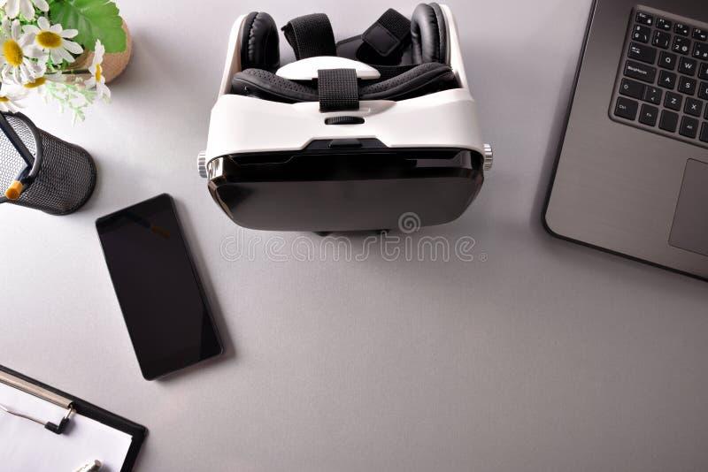 I vetri di realtà virtuale sul piano d'appoggio dell'ufficio di affari osservano il closeu immagine stock libera da diritti