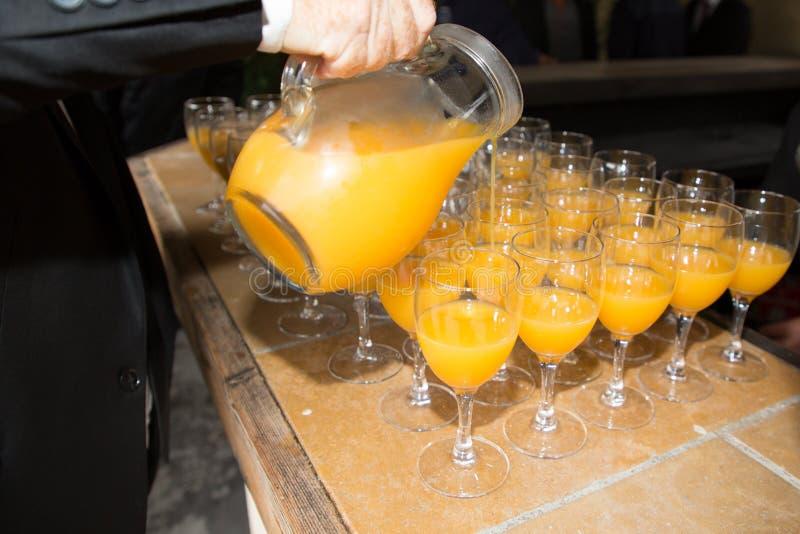 i vetri di rum perforano le bevande alcoliche sulla tavola durante la tavola di buffet all'evento immagini stock libere da diritti