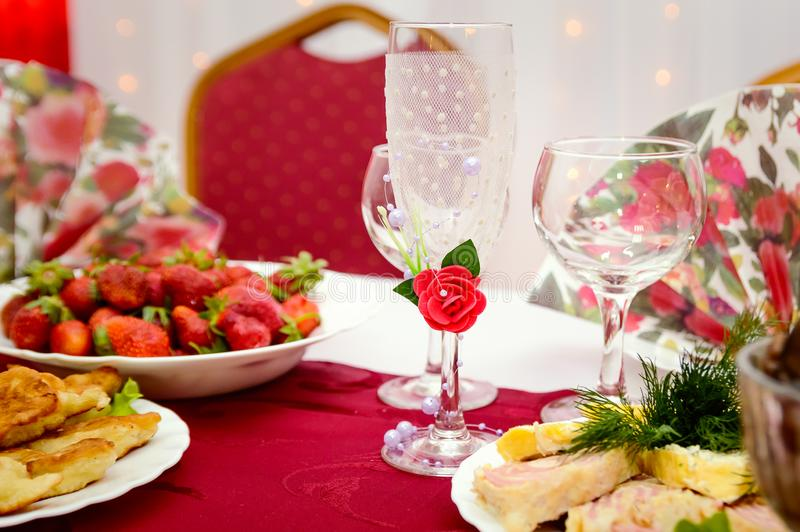 I vetri di vetro decorativi vuoti del champagne stanno sulla tavola Frutti e spuntini ad un banchetto Regolazione festiva della t immagine stock libera da diritti