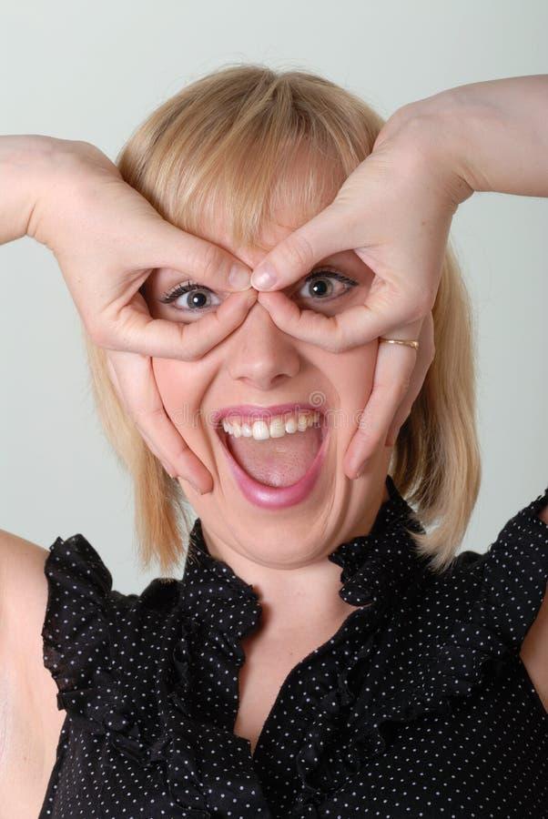 i vetri emozionanti della ragazza di gesto fa fotografie stock