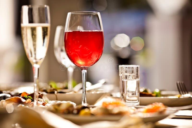 I vetri hanno impostato con le bevande in ristorante fotografie stock libere da diritti