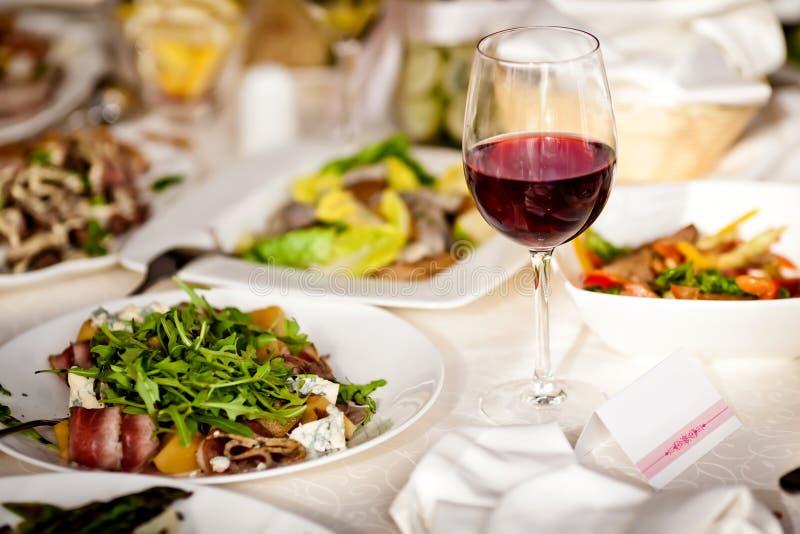 I vetri hanno impostato con le bevande in ristorante fotografia stock libera da diritti