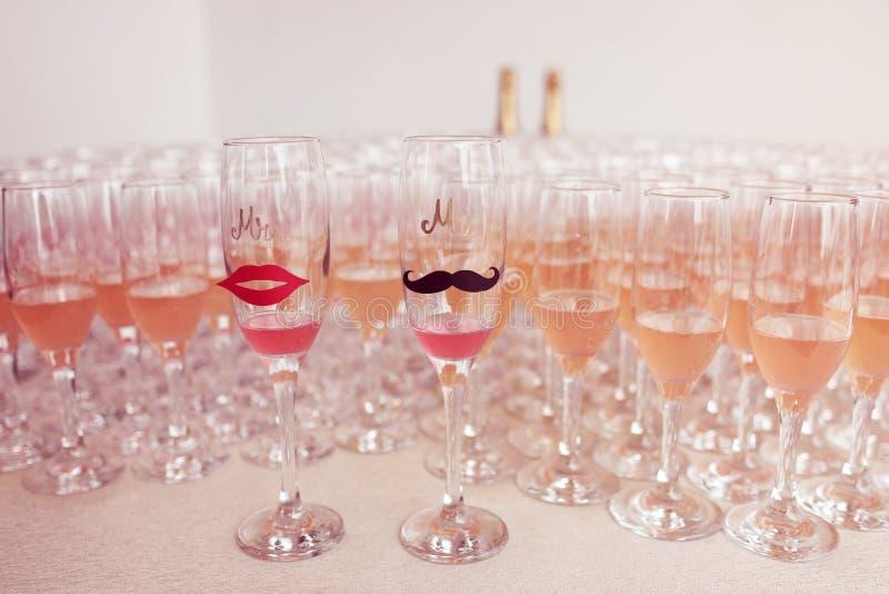 I vetri per la sposa e sposo ed ospiti hanno riempito di campagne fotografie stock libere da diritti