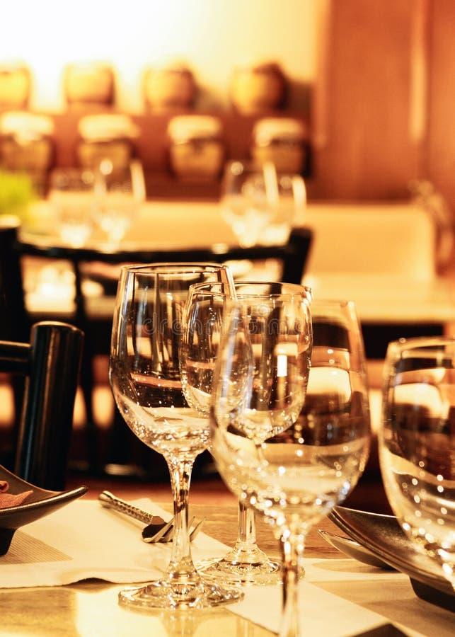 I vetri per vino e champagne ad una tavola di buffet, gruppo di vetri di vino vuoti, tavola elegante hanno messo fotografie stock