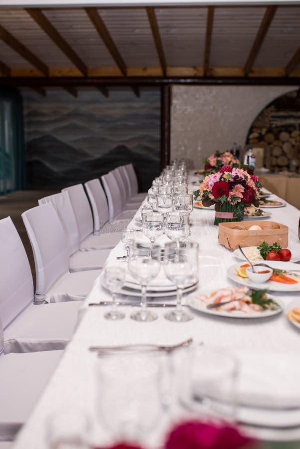 I vetri vuoti hanno impostato in ristorante Bicchieri di vino serviti per una cena festiva Tabella di banchetto fotografia stock