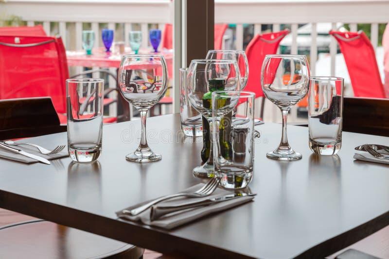 I vetri vuoti hanno impostato in ristorante Parte dell'interiore fotografie stock libere da diritti