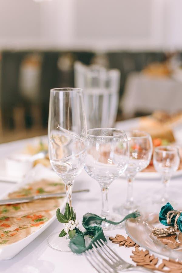 I vetri vuoti hanno impostato in ristorante Parte dell'interiore fotografia stock libera da diritti