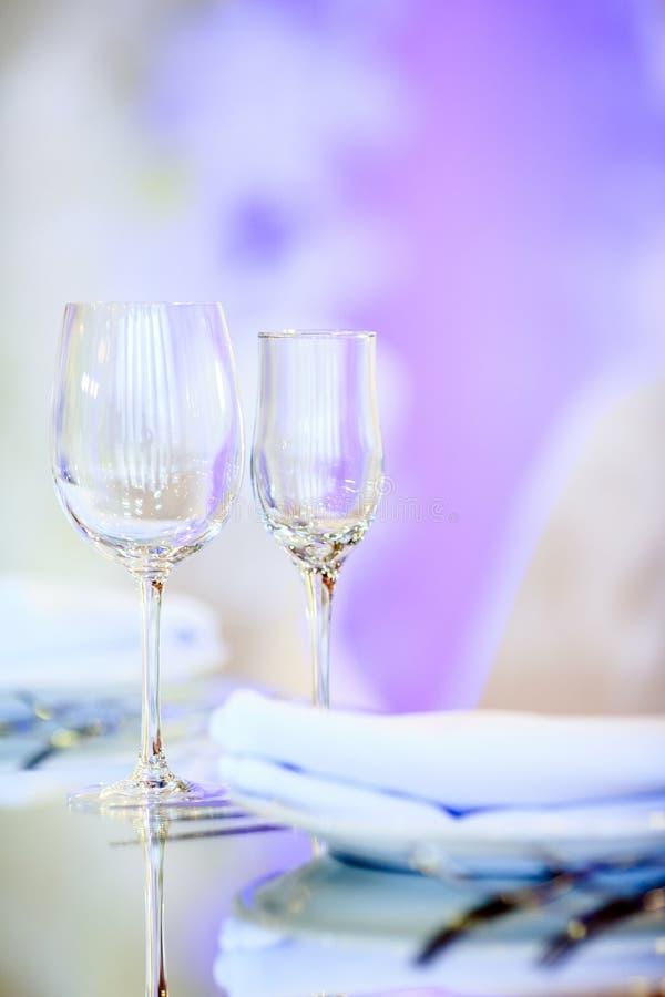 I vetri vuoti hanno impostato in ristorante Parte dell'interiore fotografie stock