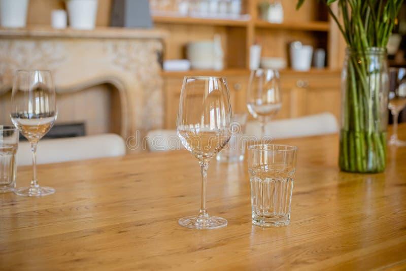 I vetri vuoti hanno impostato in ristorante Parte dell'interiore Fuoco selettivo Tavola del ristorante con i vetri e la colteller immagine stock
