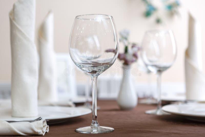 I vetri vuoti sono installati nel ristorante sulla tavola Parte dell'interiore fotografia stock