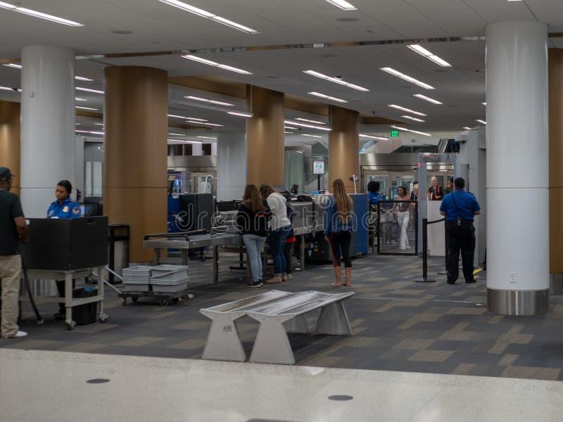 I viaggiatori aspettano nella linea ad un controllo terminale di sicurezza di TSA a San Francisco International Airport fotografie stock libere da diritti