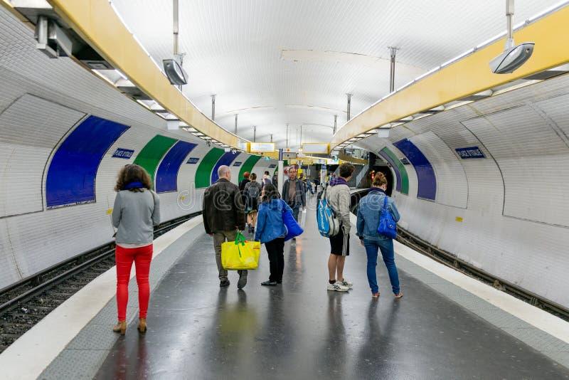 I viaggiatori che aspettano alla stazione della metropolitana dispongono d'Italy a Parigi, Francia immagine stock
