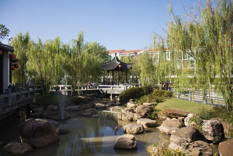 I viaggiatori della gente tailandese viaggiano visita ed abbellimento del giardino cinese al centro culturale di Tailandese-cines fotografia stock