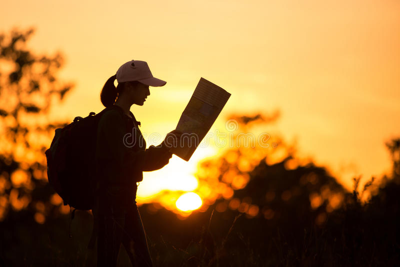 I viaggiatori di trasporto della ragazza della siluetta vedono quando si avvicina al sole, fotografie stock libere da diritti