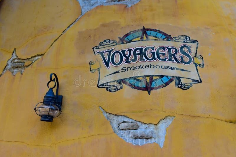 I viaggiatori firmano sulla parete gialla a Seaworld nell'area internazionale dell'azionamento fotografie stock