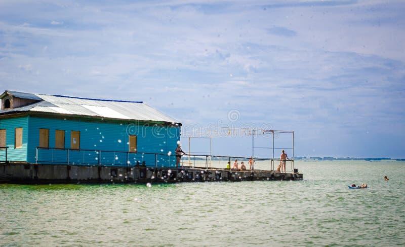 Download I Villeggianti Prendono Il Sole E Nuotano Alla Spiaggia Al Vecchio Pilastro Fotografia Stock - Immagine di bagnarsi, giugno: 56890178