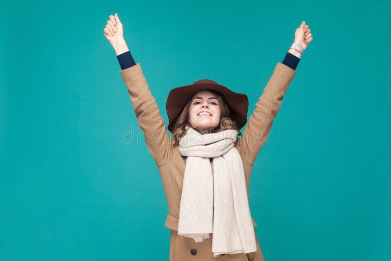 I vinnare för ` M! Lyckakvinna som jublar hennes seger royaltyfri foto