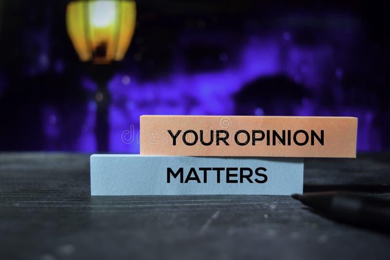 I vostri argomenti di opinione sulle note appiccicose con il fondo del bokeh immagine stock