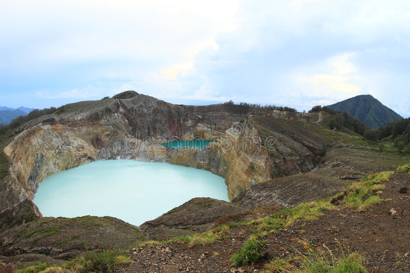 I vulcani Kelimutu con i laghi unici spillano ed inscatolano fotografia stock