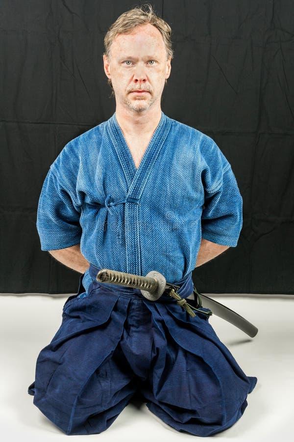 Iaido de formação masculino caucasiano, esporte japonês da espada fotos de stock