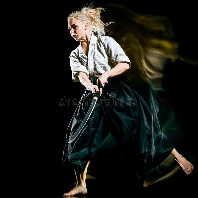Iaido Kenjutsu budoka kobiety odosobniony czarny t?o zdjęcia stock