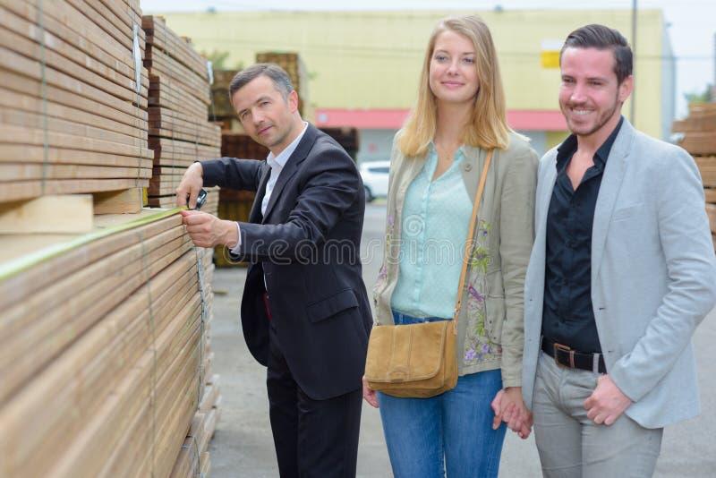 Iarda in costruzione dei fornitori impilata legname immagini stock