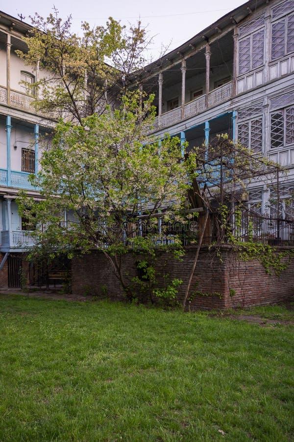 Iarda della contea a Tbilisi con il prato immagini stock libere da diritti