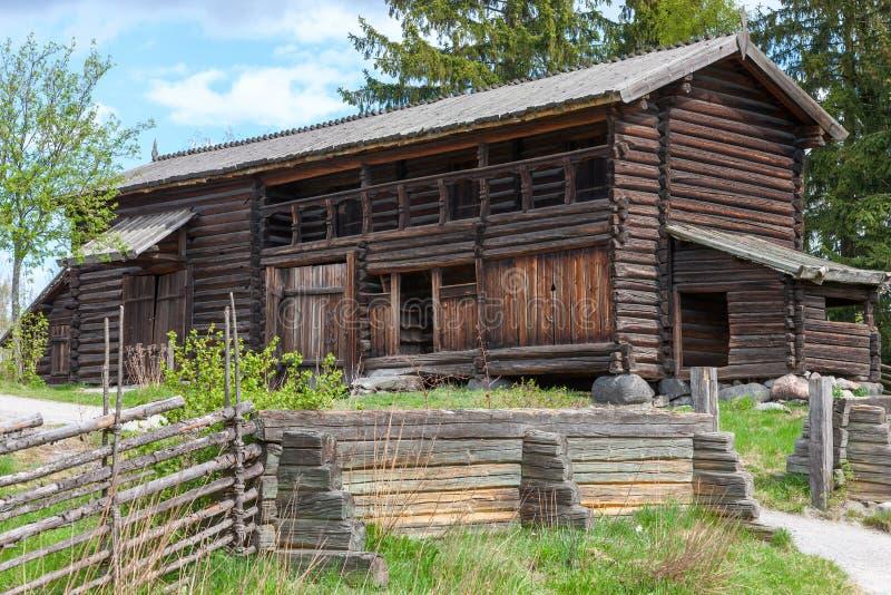Iarda di casa di legno svedese tipica della fattoria, fotografia stock