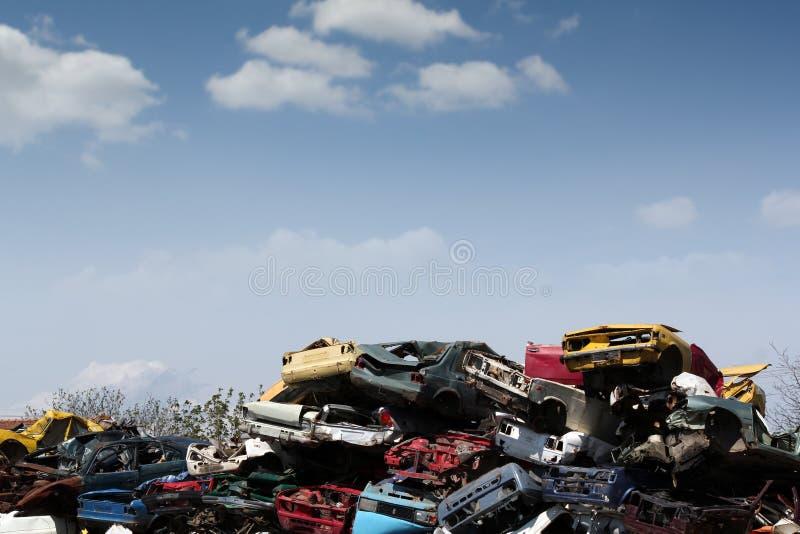 Iarda di ciarpame con le vecchie automobili fotografia stock