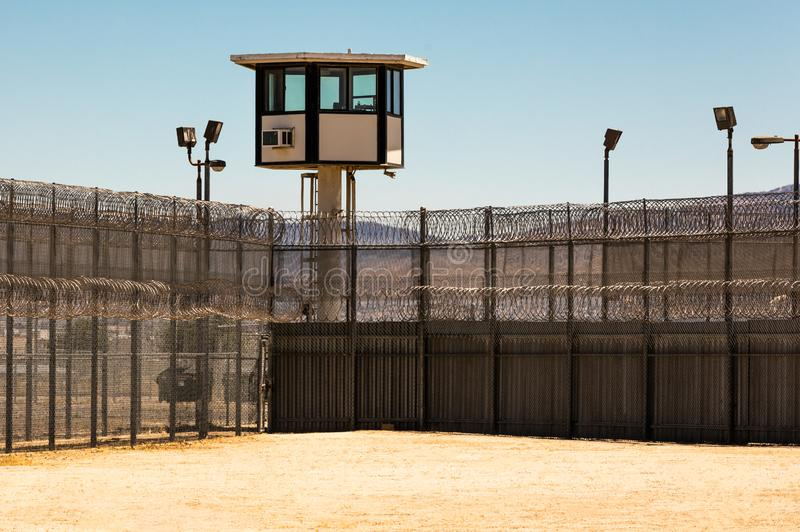Iarda di prigione esteriore vuota con la torre di guardia fotografie stock