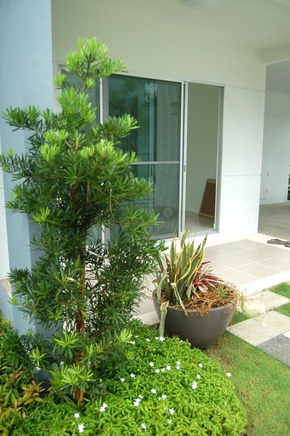 Download Iarda Di Una Casa Con I Fiori Immagine Stock - Immagine di casa, fiori: 30829213