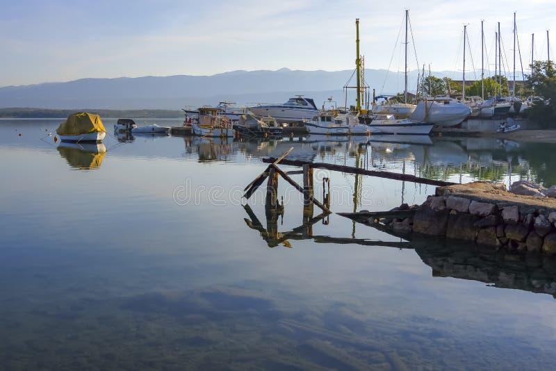 Iarda e porticciolo della nave di mattina fotografia stock libera da diritti