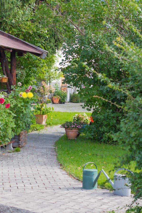 Iarda Manicured Un'iarda residenziale meravigliosamente manicured piena dei fiori fotografia stock