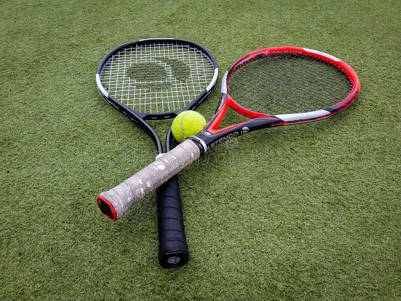 Iasi, Romênia - 28 de julho de 2019 - equipamento das raquetes de tênis no campo de tênis fotos de stock royalty free
