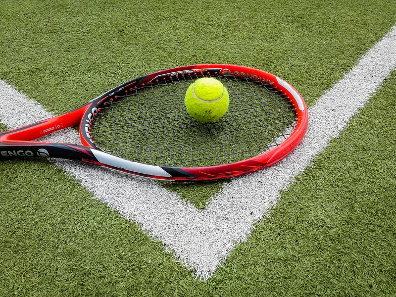 Iasi, Rumänien - Juli 28, 2019 - närbild av bollen och tennisrackettuppsättningen royaltyfri foto